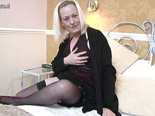 زیبایی برنزه در جوراب های سیاه و سفید با یک شریک زندگی روی فیلم های سکسی سایت برازرس تخت fucks
