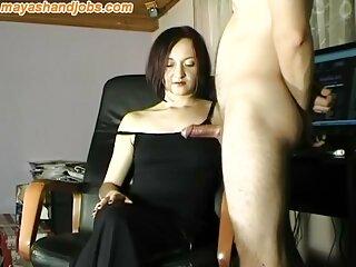 شلخته الاغ بزرگ با لذت روی کاناپه چاقوی مقعد فیلمهای سکسی برازرس یک مرد نشسته است