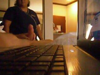 مادر در حالی که دختر Playstation را بازی می کند دوست پسر جوان همسایه را سایت سکسی برازرس لوس می کند