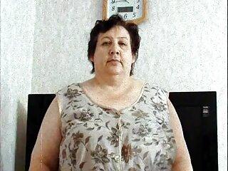 مادر با نوارهای لباس روشن و سکس از برازرس پستانهای خود را نشان می دهد