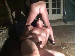 یک شریک بالغ با کرست و جوراب ساق بلند با آلت مرد در سایت سکسی برازرس اتاق نشیمن روی آلت تناسلی مرد نشسته است
