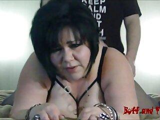یک شریک بالغ با آرنج هایش که به میز تکیه داده اند ، یک استخوان ران را در واژن یک دختر لاغر قرار می فیلم سکسی برازرس جدید دهد
