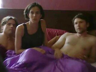 دختران جوان با جوانان سکس از برازرس تنگ پسرها را راضی می کنند که در خانه با دوربین برخورد کنند