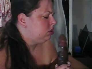 همسر جوراب ساق بلند را می پوشد و شوهرش فیلم سکسی برازرس را با پاهایی که در یک تی شرت آبی قرار دارد ، تکان می دهد