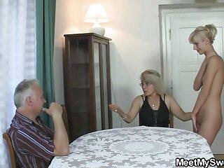 مادر بیدمشک بدن ضخیم دانلود فیلم های سکسی برازرس یک مرد سیاه پوست را روی مبل و یک فرش خاکستری می بلعد