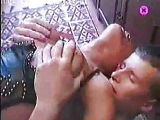 دو زیبایی با بیکینی آبی و سایت های سکسی برازرس نارنجی از ساحل در امتداد محوطه هتل قدم می زنند