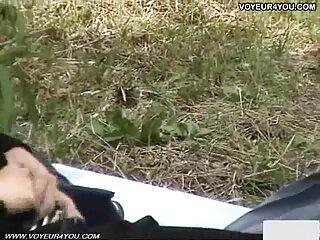یک زن زن باتجربه ، دانش آموز را با ماساژ اغوا می کند و سکس از برازرس سینه هایش را با زبانش نوازش می کند.