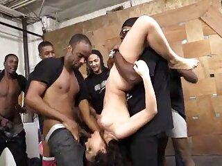 یک زن سیاه پوست مو کوتاه خود را به سایت سکسی برازرس یک مرد سفید پوست روی مبل می دهد.