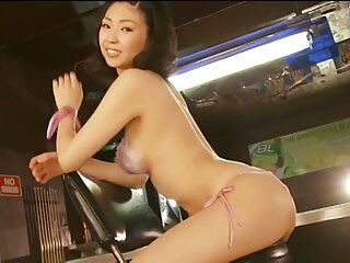 زیبایی سکس سایت برازرس خال کوبی شده روی شکم خود را به نماینده روی مبل داد