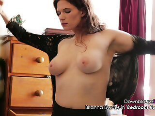 زیبایی جوان با شورت هایی که روی میز آشپزخانه قرار گرفته اند برازرسsex