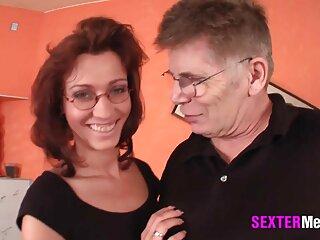 MILF کوتاه مو در اتاق نشیمن به گلو شبکه سکسی برازرس عمیق می دهد